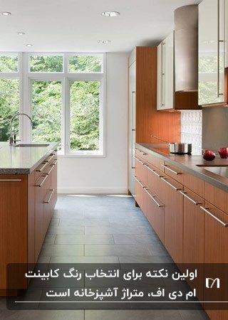آشپزخانه ای با کابینت MDF قهوه ای و کفپوش طوسی