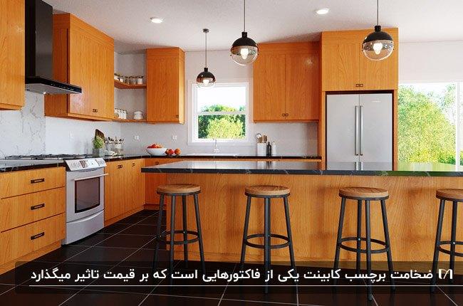 آشپزخانه بزرگی با جزیره و برچسب کابینت طرح و رنگ چوب