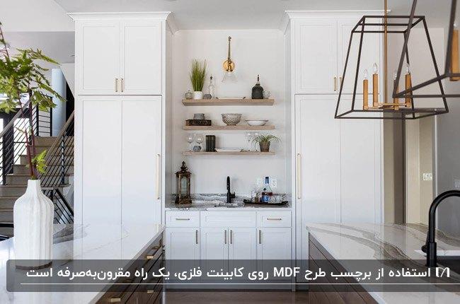 آشپزخانه ای با برچسب کابینت طرح ام دی اف سفید رنگ و قفسه های دکوری