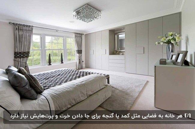 ایده دکوراسیون داخلی اتاق خوابی با تخت دو نفره، دراور و کمد لباس طوسی