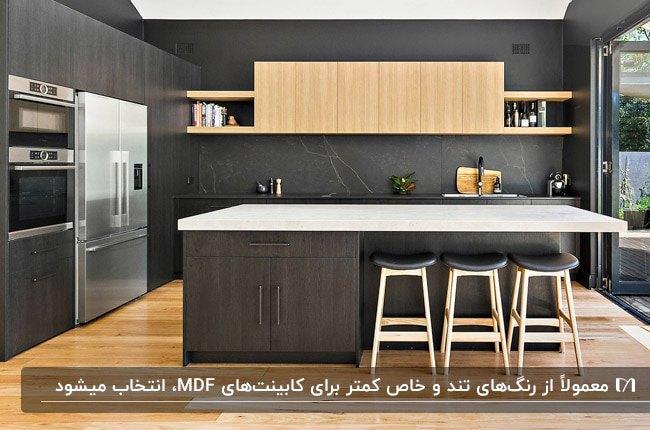 آشپزخانه ای با کابینت MDF ترکیبی رنگ چوب و زغالی با صفحه رویی سفید و کفپوش رنگ چوب