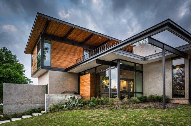 خانه دوبلکسی با نمای ترکیبی از چوب و بتن با فریم مشکی درب و پنجره های شیشه ای