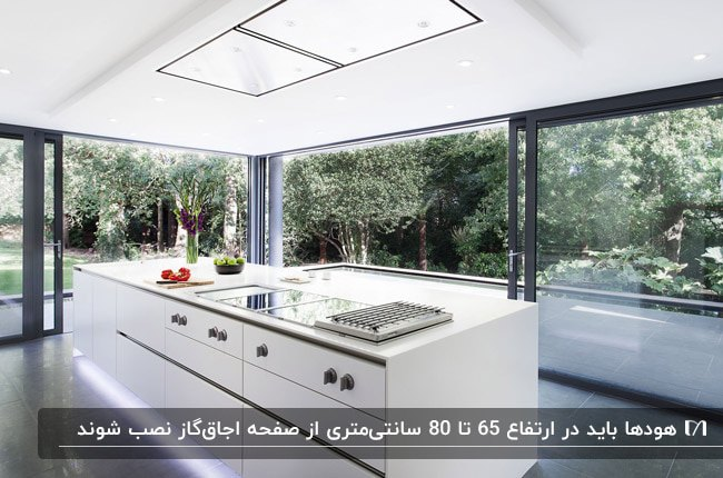 آشپزخانه مدرنی با کابینت های سفید و هود مخفی سقفی