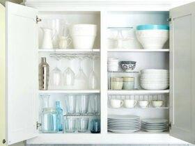تصویر فضای داخلی کابینت سفید با ظروف سفید و شلف های داخل کابینت
