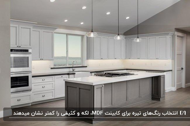 آشپزخانه ای با کابینت MDF سفید و جزیره طوسی به همراه هالوژن و سه چراغ آویز