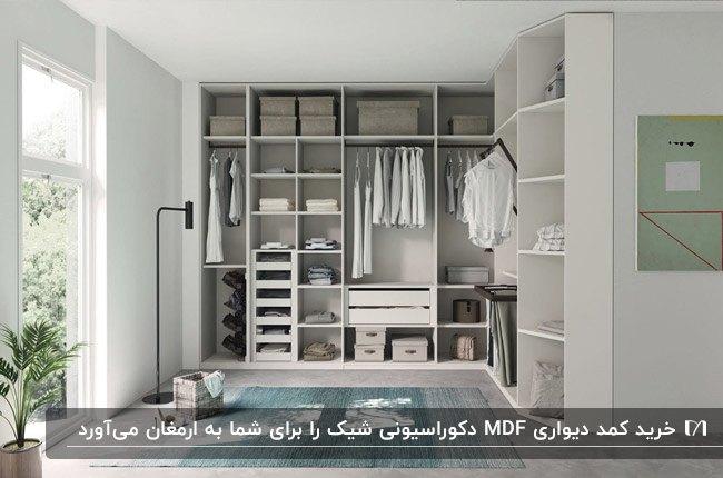 ورودی خانه ای با درب شیشه و کمد دیواری MDF سفید رنگ و آباژور پایه بلند مشکی