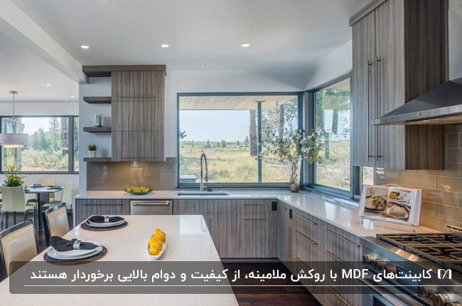 آشپزخانه ای با کابینت MDF و روکش ملامینه طوسی رگه دار و صفحه رویی سفید براق