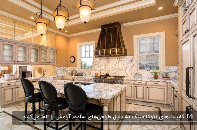 آشپزخانه ای با دیوارپوش، کفپوش و سنگ روی کابینت سفید و کابینت نئوکلاسیک سفید