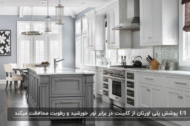 آشپزخانه با کابینت نئوکلاسیک پلیاستر سفید و طوسی و لوستر آویز