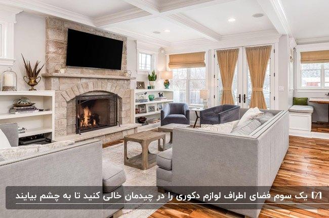 ایده دکوراسیون داخلی نشیمن با مبلمان طوسی، شومینه، دیوار آجری پشت تلویزیون و کفپوش پارکت