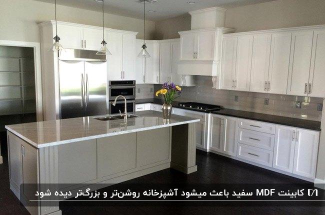 آشپزخانه ای با کابینت MDF سفید، جزیره و دیوارهای طوسی رنگ و کفپوش مشکی