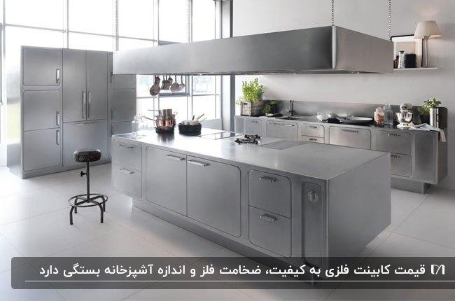 آشپزخانه ای با کابینت فلزی و جزیره و کفپوش طوسی