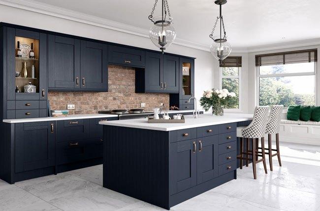 آشپزخانه ای با اجزای اصلی کابینت سرمه ای و صفحه رویی سفید
