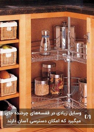 کابینت گوشه چوبی با قفسه های استیل چرخنده برای موادغذایی