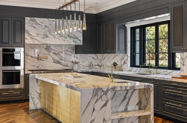 آشپزخانه ای با کابینت های قهوه ای و برچسب کابینت طرح سنگ مرمر و قهوه ای رنگ
