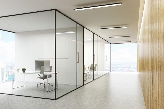 پارتیشن اداری شیشه ای با فریم مشکی برای دکوراسیون داخلی اداره ای مدرن با دیوارپوش چوبی