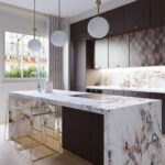 پلان خطی آشپزخانه ای مدرن با ترکیب کابینت های ساده و طرحدار و جزیره