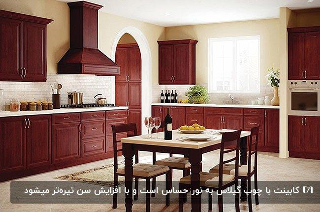 آشپزخانه ای با کابینت ال شکل و چوب کابینت گیلاس به رنگ قهوه ای مایل به قرمز