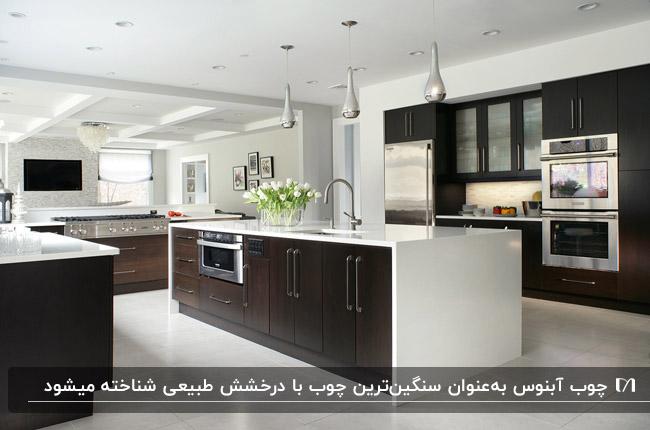 آشپزخانه با چوب کابینت و جزیره آبنوس به رنگ تیره و صفحه رویی سفید