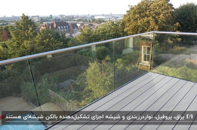یک بالکن شیشهای با کفپوش چوبی و نرده شیشه ای بدون قاب