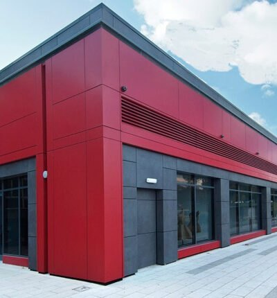 نمای کامپوزیتی به رنگ قرمز و خاکستری و پنجره های شیشه ای