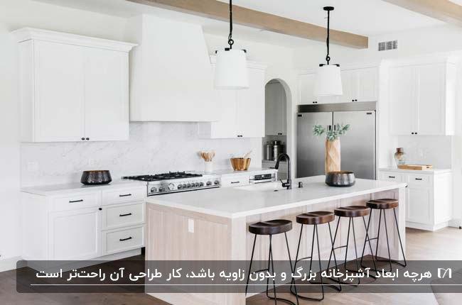 آشپزخانه مدرن با ابعاد بزرگ و کابینت های سفید و لوسترهای آویز سفید
