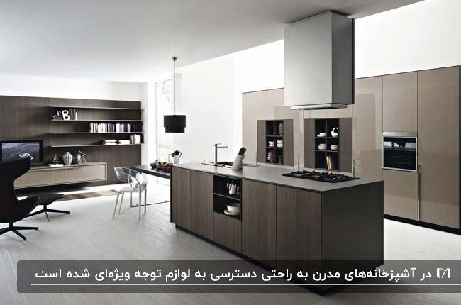 آشپزخانه مدرن با کابینت های قهوه ای رگه دار و قفسه های دکوری