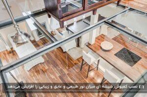 خانه دوطبقه با کفپوش پارکت و لوازم سفید برای طبقه پایین و کفپوش شیشه ای برای بالا