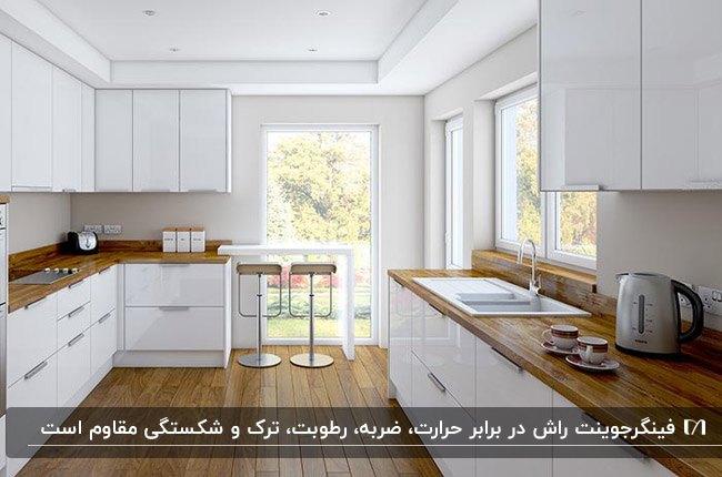آشپزخانه ای با کابینت های سفید و صفحه رویی فینگر جوینت راش