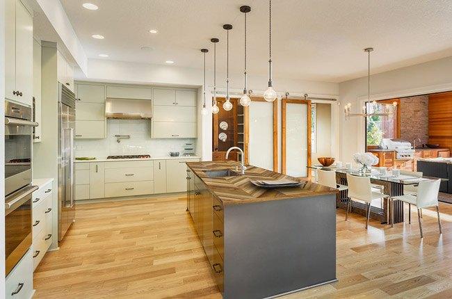 آشپزخانه با کابینت های سفید و سبز خیلی روشن و صفحه رویی کانتر فینگر جوینت