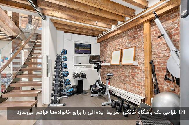 یک باشگاه خانگی زیر پله چوبی با دیوار آجری و تیرهای چوبی برای سقف