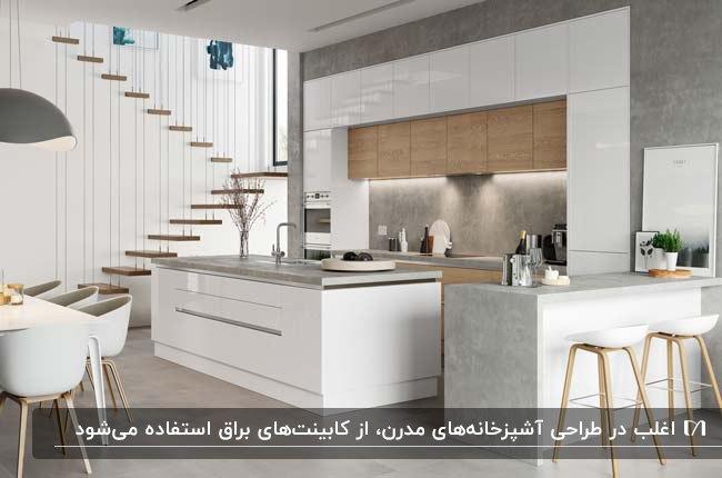 آشپزخانه مدرن با کابینت ترکیبی هایگلاس سفید و رنگ چوب