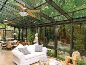 اتاق آفتابگیر شیشه ای با فریم مشکی، مبلمان سفید و سقف متحرک
