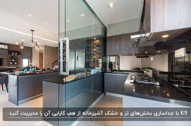 آشپزخانه مدرن جداسازی شده ای با کابینت های خاکستری