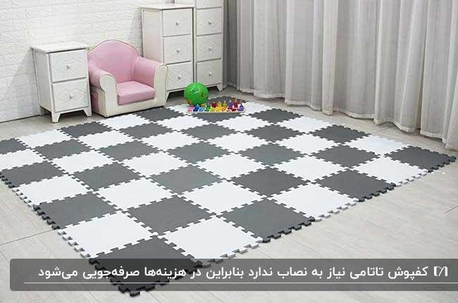 اتاق بازی کودک با کفپوش تاتامی سفید و طوسی، مبل کرم و صورتی و دراور سفید