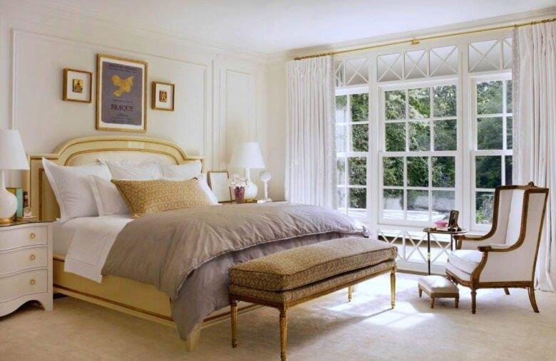 دکوراسیون اتاق خواب سنتی با تم سفید و شیری، تخت و چند تابلو دیواری و پنجره با سفید