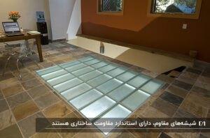 کفپوش شیشه ای اتاق کاری با یک راه پله گوشه آن با دیواری قهوه ای رنگ