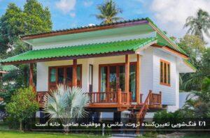باغ ویلایی سفید با نمای چوبی و سقف سبز رنگ در محوطه سرسبز با زمین چمنی