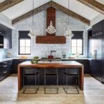 آشپزخانه ای با ترکیب چوب های آبنوس و گردو برای کابینت ها به رنگ مشکی و قهوه ای