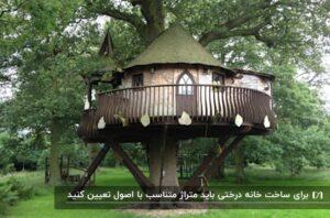 خانه درختی به سبک دهکده ای و گرد به رنگ کرمی به همراه سقف سبز رنگ و حفاظی به دور آن