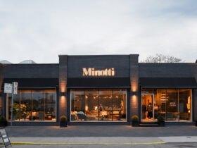 نمای یک رستوران به رنگ تیره با نورپردازی زیبای زرد رنگ و سردری ساده