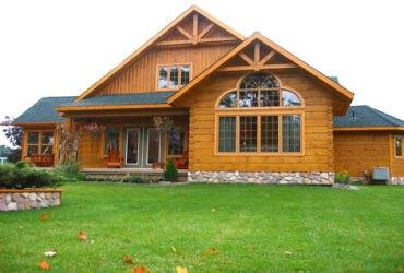 نمای چوبی ویلایی با محوطه چمنی، پنجرههای بزرگ و کوچک