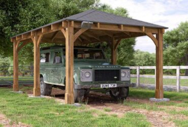 طراحی سایبان ماشین با سازه ی چوبی و یک ماشین زیر آن و محوطه چمنی